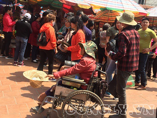 Cái bang đổ bộ đền Mẫu Đồng Đăng moi tiền du khách - Ảnh 2.