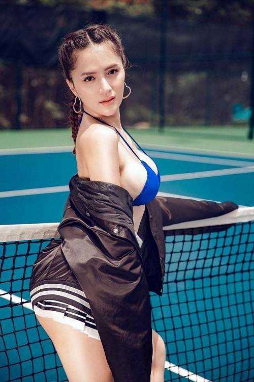 Ngắm vẻ đẹp sexy 'vô đối' của Hoa hậu Hương Giang trên sân quần vợt - Ảnh 4.