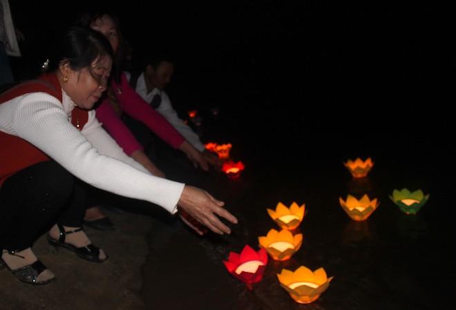 Thả đèn hoa đăng xuống biển tưởng nhớ 64 liệt sỹ trong trận hải chiến Gạc Ma - Ảnh 12.