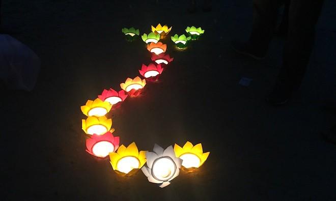 Thả đèn hoa đăng xuống biển tưởng nhớ 64 liệt sỹ trong trận hải chiến Gạc Ma - Ảnh 8.
