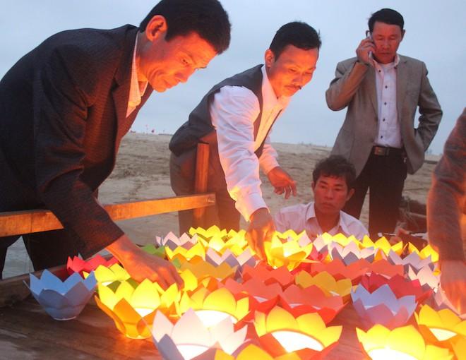 Thả đèn hoa đăng xuống biển tưởng nhớ 64 liệt sỹ trong trận hải chiến Gạc Ma - Ảnh 10.