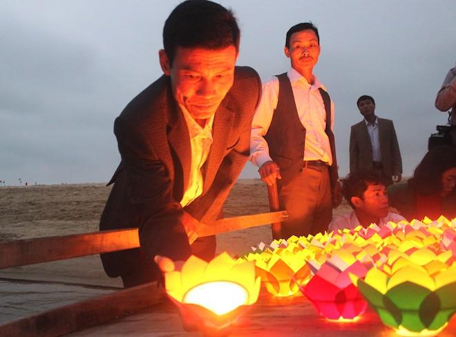 Thả đèn hoa đăng xuống biển tưởng nhớ 64 liệt sỹ trong trận hải chiến Gạc Ma - Ảnh 4.