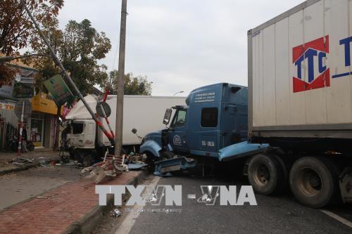 Xe container nổ lốp, tông xe tải ngược chiều tại Thừa Thiên - Huế  - Ảnh 2.