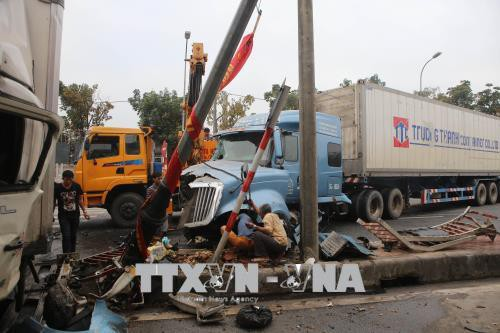 Xe container nổ lốp, tông xe tải ngược chiều tại Thừa Thiên - Huế  - Ảnh 3.