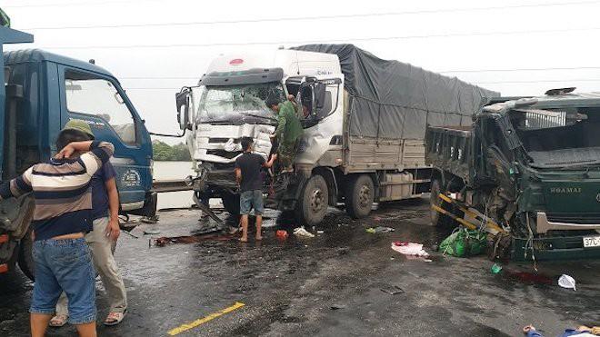 3 xe tải húc nhau trên đường tránh Vinh - Nghệ An - Ảnh 1.