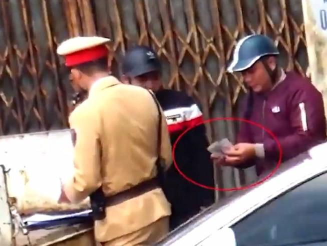Xác minh clip ghi hình CSGT Hà Nội nghi mãi lộ - Ảnh 1.
