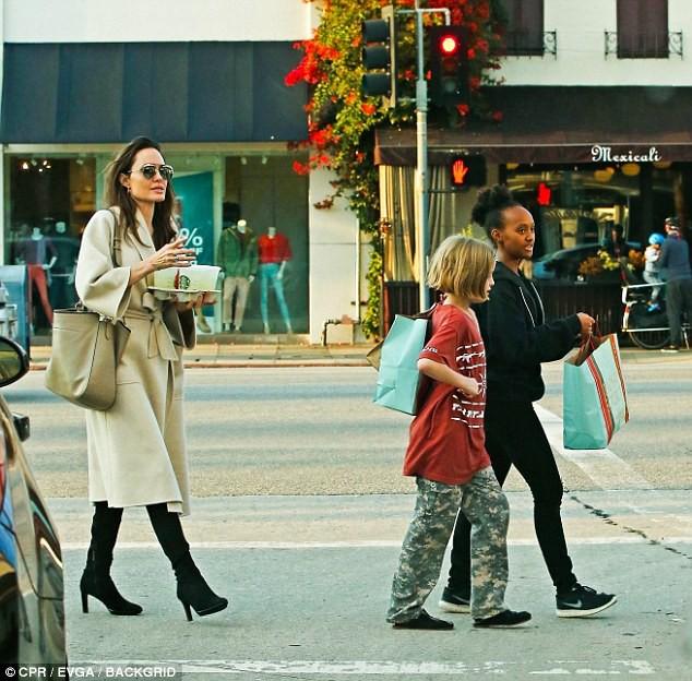 Angelina Jolie thú nhận điều này sau gần 2 năm ly hôn Brad Pitt - Ảnh 3.