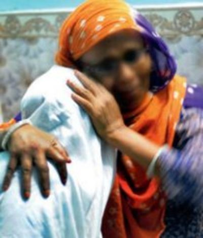 Mala ôm chầm láy mẹ sau nhiều năm xa cách.
