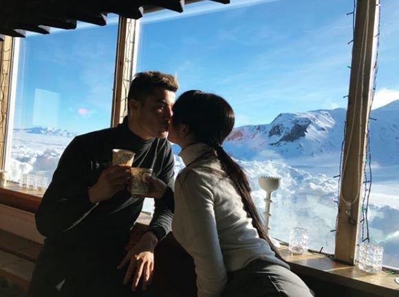 Ronaldo lãng mạn hôn bạn gái giữa trời đầy tuyết - Ảnh 1.