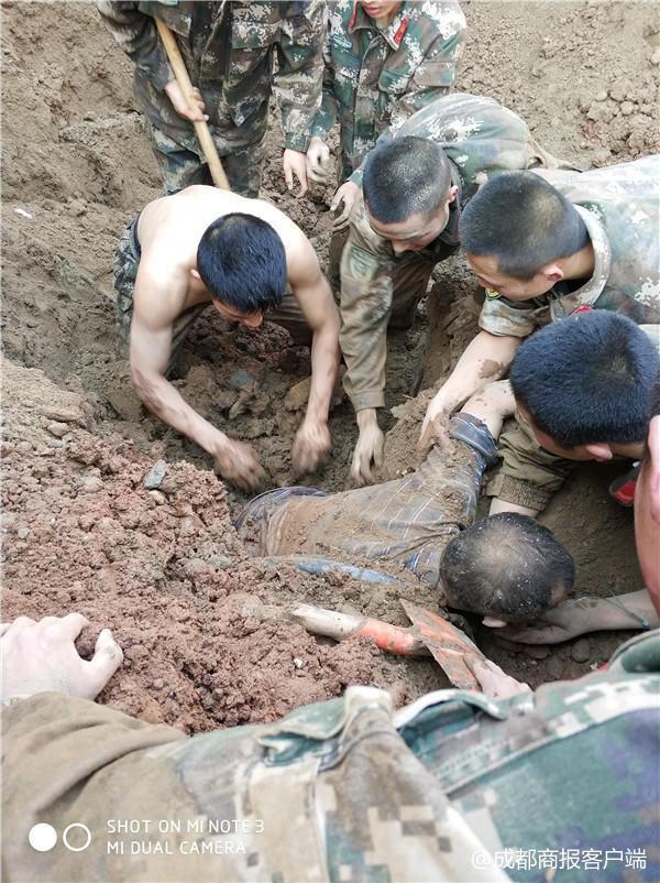 Hàng chục cảnh sát dùng tay đào đất cứu người bị chôn sống - Ảnh 2.