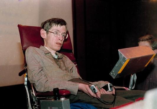 Mất khả năng nói từ năm 1985, Stephen Hawking đã làm cách nào để nói chuyện với thế giới? Hãy hỏi Intel - Ảnh 2.