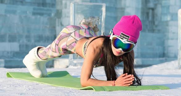 Người mẫu 50 tuổi mặc bikini khoe thân hình gợi cảm giữa thời tiết lạnh - 40 độ C - Ảnh 5.
