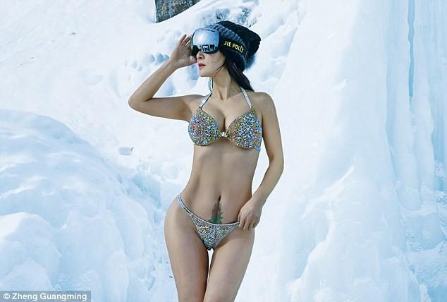 Người mẫu 50 tuổi mặc bikini khoe thân hình gợi cảm giữa thời tiết lạnh - 40 độ C - Ảnh 1.