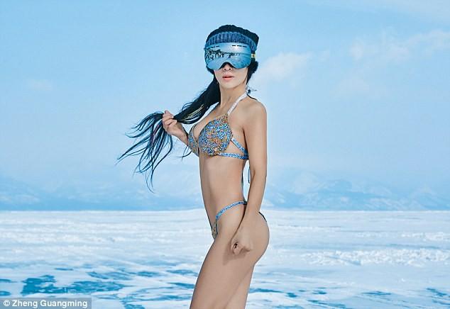 Người mẫu 50 tuổi mặc bikini khoe thân hình gợi cảm giữa thời tiết lạnh - 40 độ C - Ảnh 2.