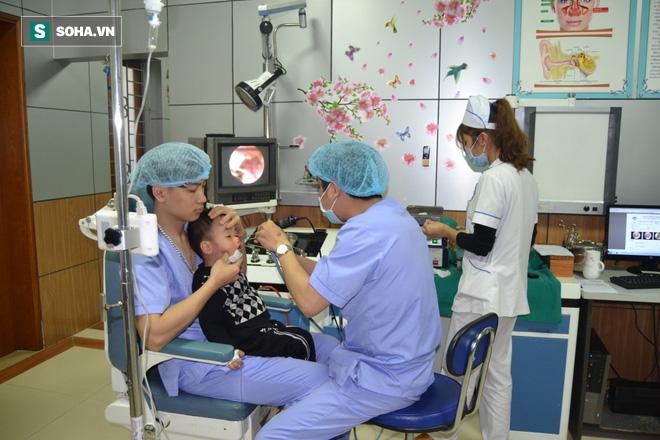 Bác sĩ hốt hoảng khi nhìn rõ dị vật trong 2 lỗ mũi cháu bé 32 tháng tuổi