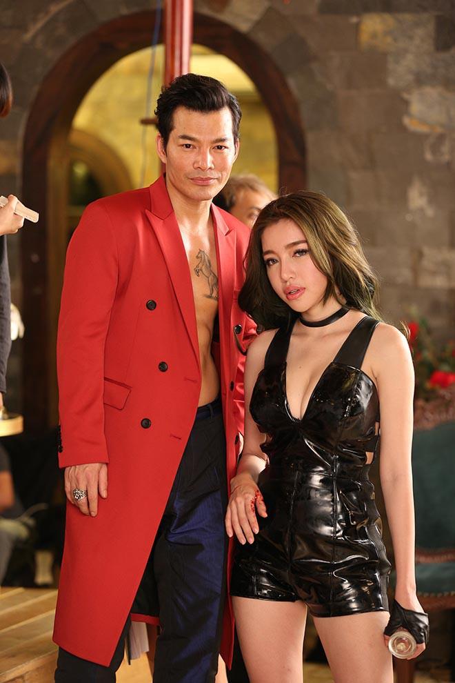 Clip: Elly Trần mặc táo bạo khi diễn cùng Trương Quân Ninh - ảnh 4