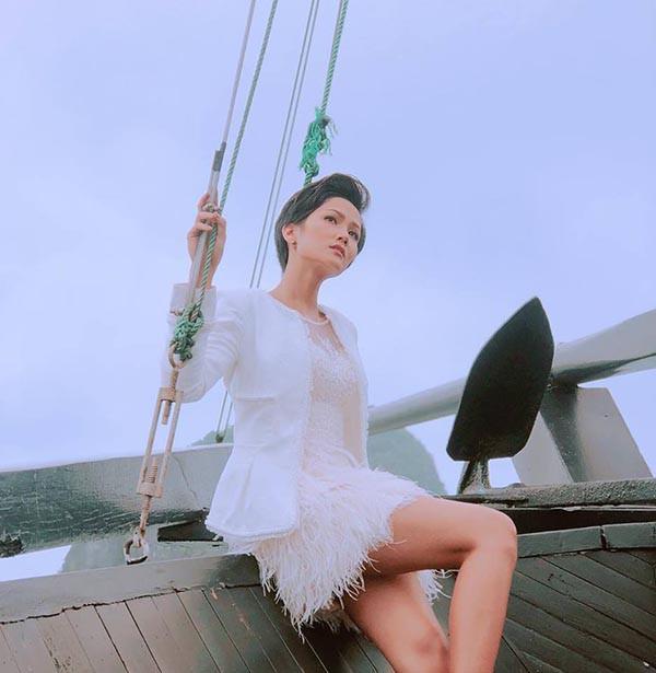 Cuộc đua gợi cảm của Hoàng Thùy, Mâu Thủy sau Hoa hậu Hoàn vũ Việt Nam - Ảnh 4.