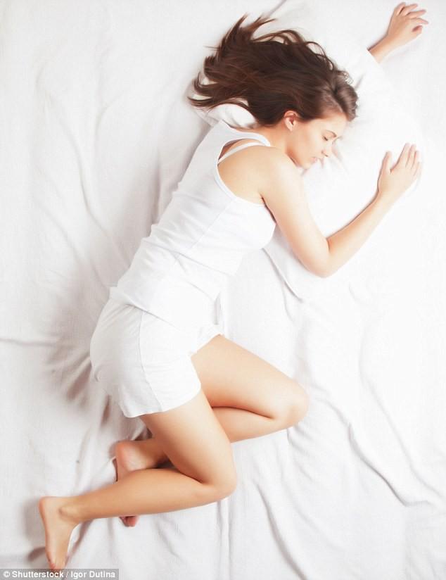 Ngủ nghiêng bên trái hay bên phải tốt hơn: Ai bị bệnh huyết áp, tim mạch nên tham khảo - Ảnh 1.