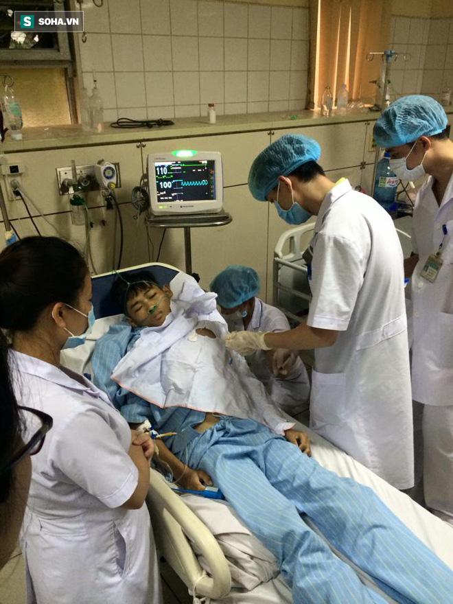 Bị truy tố, bác sĩ Hoàng Công Lương vẫn mệt mài làm việc, cứu người - Ảnh 2.