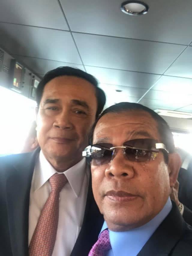 Chùm ảnh: Tinh thần selfie cao độ của Thủ tướng Campuchia cùng các nguyên thủ ASEAN - Ảnh 1.