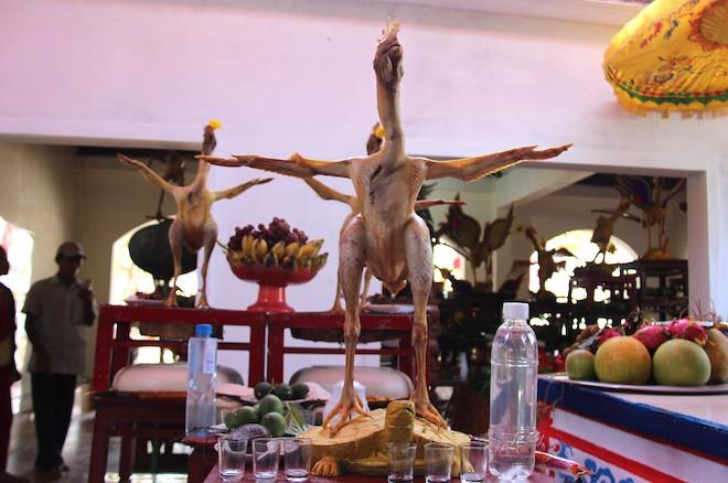 Độc đáo những thế gà múa trên mâm cỗ ngày rằm ở Hà Tĩnh - Ảnh 5.