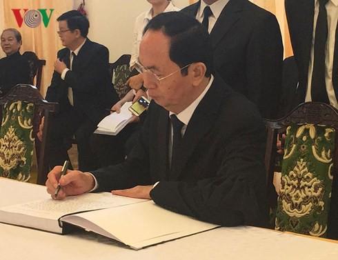 Quốc tang nguyên thủ tướng Phan Văn Khải: Chủ tịch nước Trần Đại Quang ghi sổ tang.