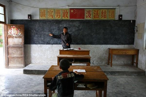 Câu chuyện thấm đẫm tình người phía sau lớp học đặc biệt chỉ một thầy một trò - Ảnh 2.