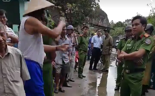 Người dân Đà Nẵng tập trung phản đối dự án khu du lịch bít đường xuống biển