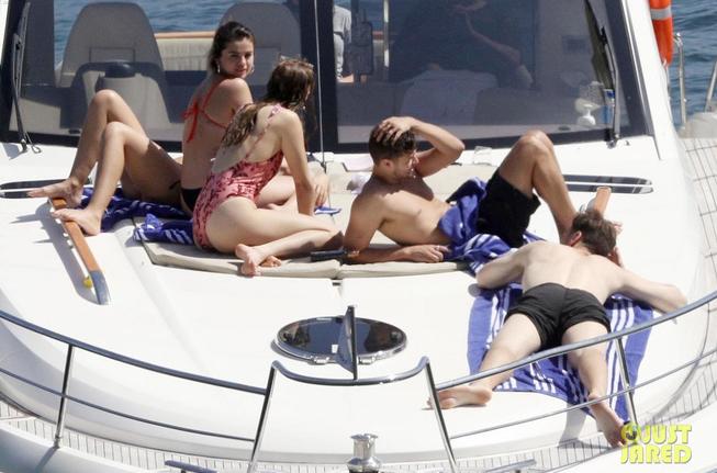 Selena Gomez diện bikini nóng bỏng và đáp trả bình luận ác ý - Ảnh 1.
