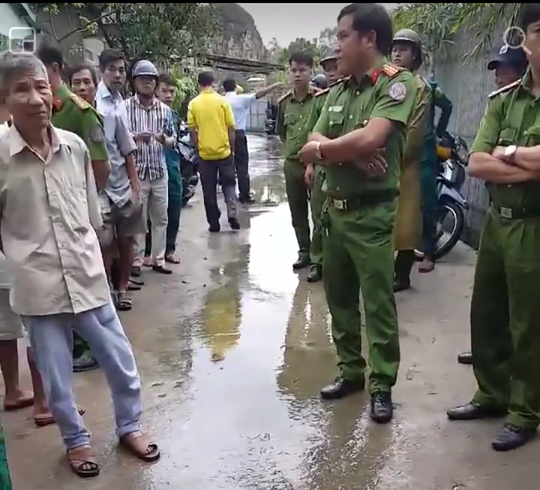 Người dân Đà Nẵng tập trung phản đối dự án khu du lịch bít đường xuống biển - Ảnh 1.