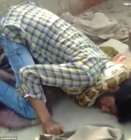 Người đàn ông bị con trăn siết chặt cổ tới ngạt thở, khán giả mặc kệ vì tưởng đang diễn - Ảnh 1.