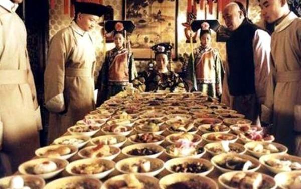 Xa xỉ như bữa ăn của Từ Hy Thái Hậu, 120 món chỉ ăn vài món - Ảnh 1.