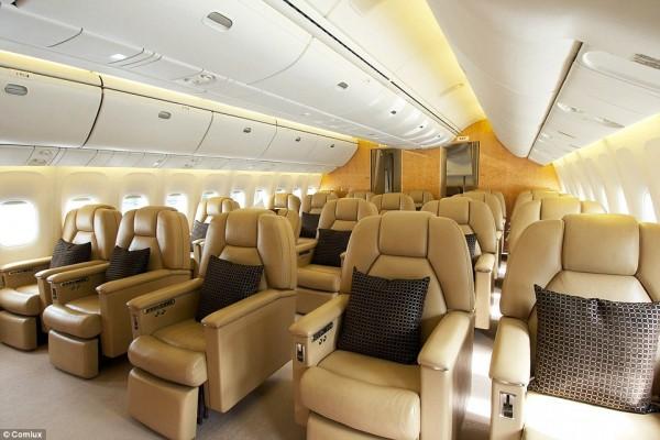 'Cung điện ánh sáng' vàng dát lên cửa và chuyên cơ xa xỉ tốn 30.000 USD một giờ bay của hoàng tử Ả-rập - Ảnh 12.