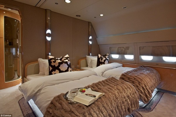 'Cung điện ánh sáng' vàng dát lên cửa và chuyên cơ xa xỉ tốn 30.000 USD một giờ bay của hoàng tử Ả-rập - Ảnh 13.