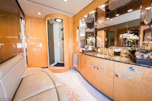 'Cung điện ánh sáng' vàng dát lên cửa và chuyên cơ xa xỉ tốn 30.000 USD một giờ bay của hoàng tử Ả-rập - Ảnh 15.