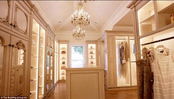 'Cung điện ánh sáng' vàng dát lên cửa và chuyên cơ xa xỉ tốn 30.000 USD một giờ bay của hoàng tử Ả-rập - Ảnh 3.