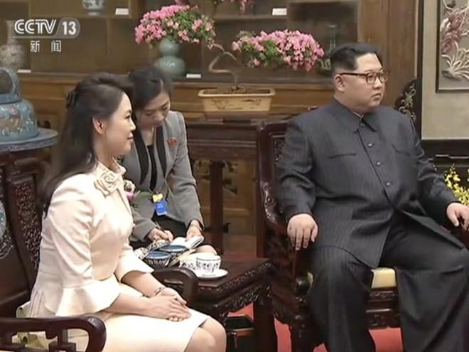 Mặc đồ rất giản dị, phu nhân ông Kim Jong Un vẫn làm cộng đồng mạng TQ sôi sục vì quá đẹp - Ảnh 3.
