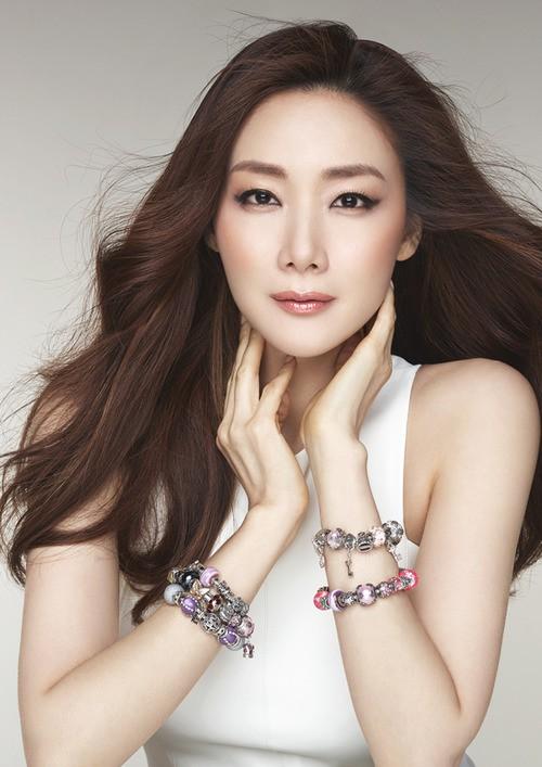 Mỹ nhân Bản tình ca mùa đông Choi Ji Woo bất ngờ kết hôn ở tuổi 42 - Ảnh 1.