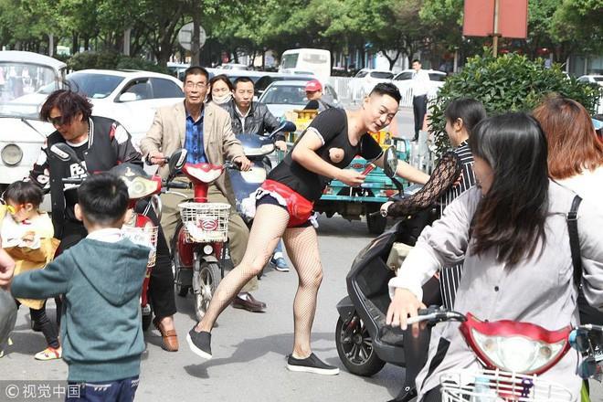 """Bố chồng hôn con dâu, chú rể bị ép khỏa thân... những trò đùa """"lố"""" trong đám cưới ở Trung Quốc - Ảnh 2."""