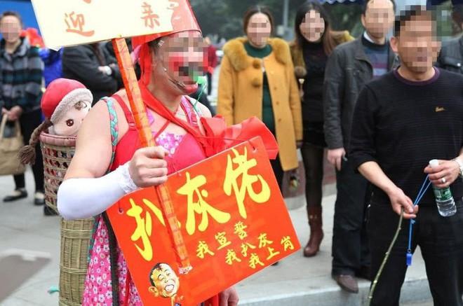 """Bố chồng hôn con dâu, chú rể bị ép khỏa thân... những trò đùa """"lố"""" trong đám cưới ở Trung Quốc - Ảnh 6."""