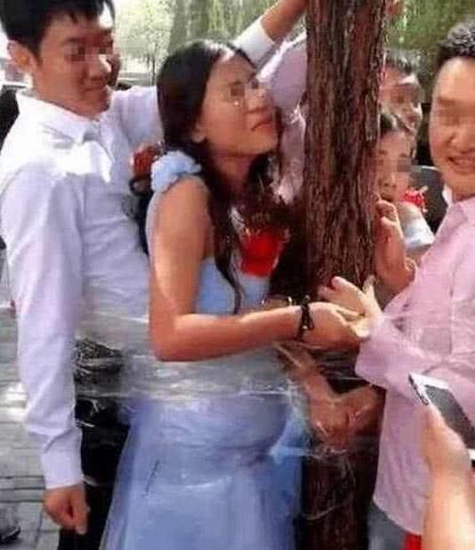 """Bố chồng hôn con dâu, chú rể bị ép khỏa thân... những trò đùa """"lố"""" trong đám cưới ở Trung Quốc - Ảnh 8."""