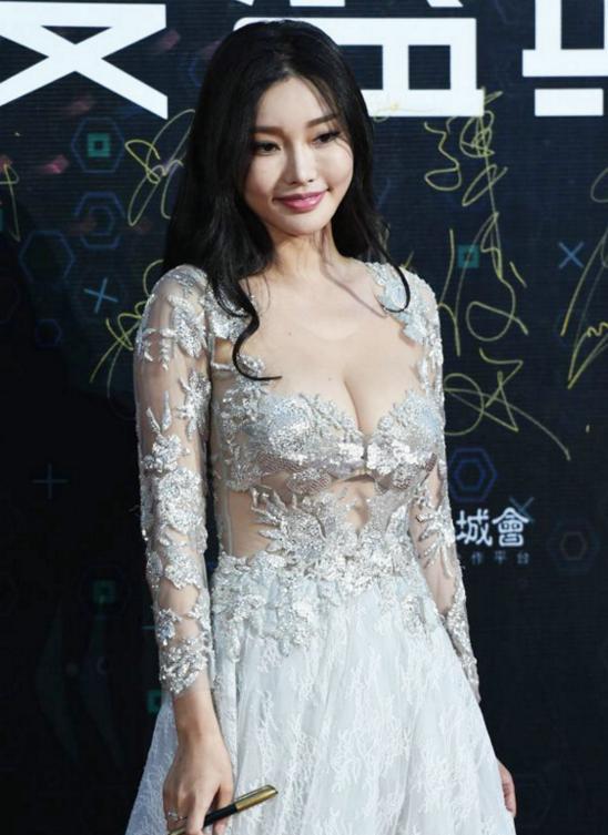 Nhan sắc nóng bỏng của con gái Châu Nhuận Phát được vua phim 18+ để ý - Ảnh 13.