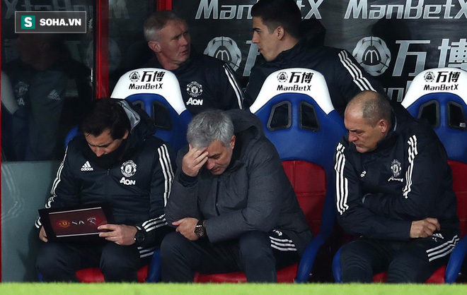 Mourinho dùng máy sấy tóc với các học trò như Sir Alex thuở nào - Ảnh 1.