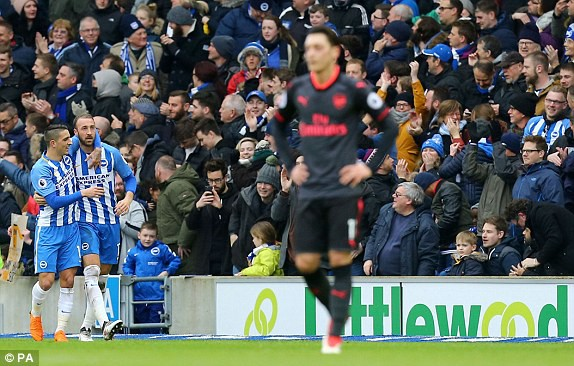Trong cơn khủng hoảng, Arsenal đã bị kẻ thù truyền kiếp cho ngửi khói lúc nào không hay - Ảnh 2.