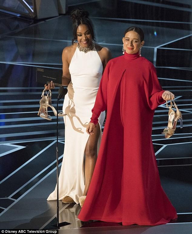 """Brad Pitt bất ngờ """"thả thính"""" nữ diễn viên tháo giày cao gót lên công bố giải thưởng Oscar - Ảnh 3."""