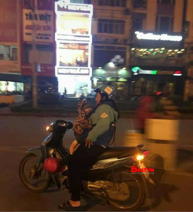 Hình ảnh xúc động trước thềm 8/3: Nữ tài xế Uber địu em bé đi làm cùng trong đêm muộn - Ảnh 1.