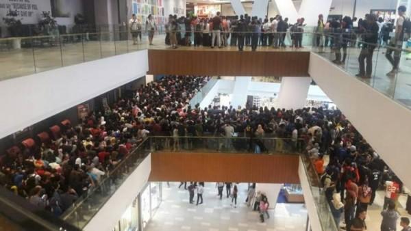 Hạ kịch sàn giá iPhone, cửa hàng 'thất thủ' và tuyên bố đóng cửa vì dân tình đổ xô đến quá khủng khiếp - Ảnh 1.