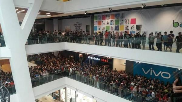 Hạ kịch sàn giá iPhone, cửa hàng 'thất thủ' và tuyên bố đóng cửa vì dân tình đổ xô đến quá khủng khiếp - Ảnh 2.