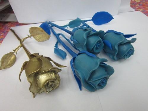 Cận cảnh hoa hồng dát vàng cho ngày 8-3 ở Trung Quốc  - Ảnh 2.