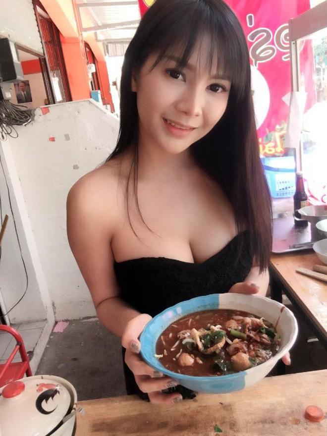 Bỏ việc về quê bán phở, bà chủ quán Thái Lan bỗng nổi như cồn vì khuôn mặt xinh đẹp và thân hình nóng bỏng - Ảnh 5.